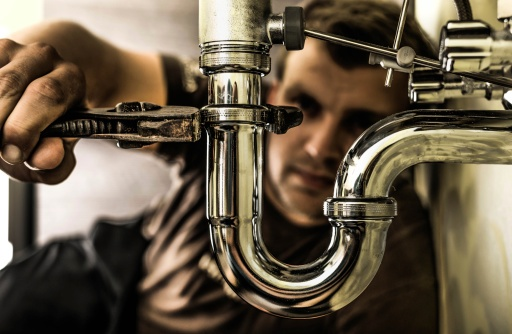 plumber_checking_pipes